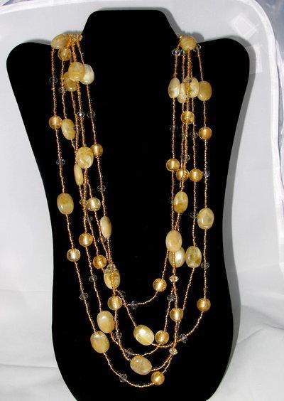 collana multi-filo con perle in vetro e pietre sabbia