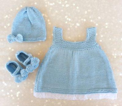 Set regalo neonato in lana azzurro, vestito cappellino e scarpette