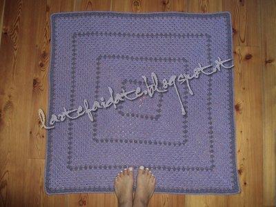 coperta tappeto quadrato lila fatto all'uncinetto