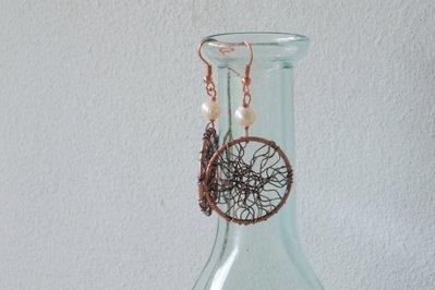 Orecchini in metallo color bronzo e perla di fiume bianca