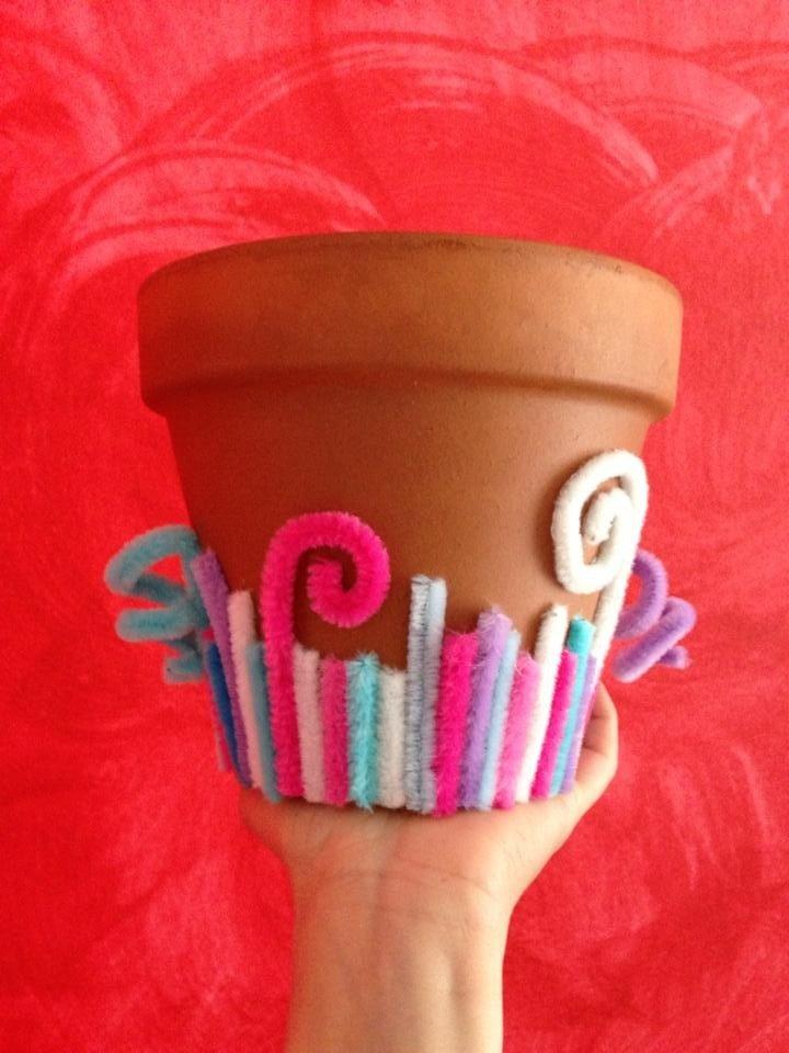 Vaso decorato con scovolini colorati