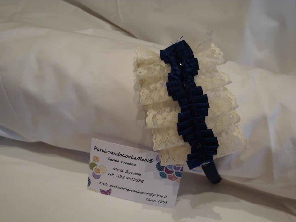 Cerchietto blu con pizzo e passamaneria blu