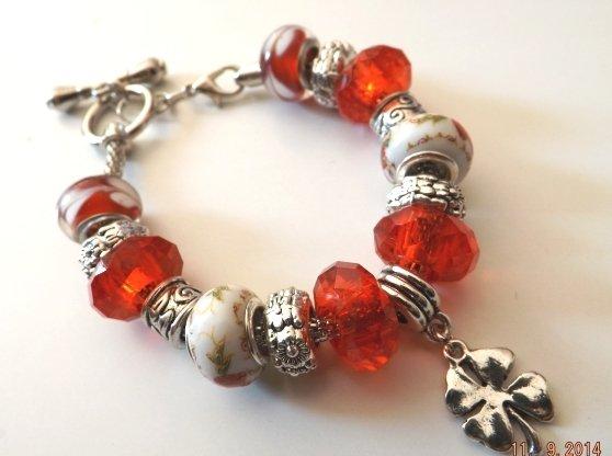 Bracciale con base in metallo,perle rosse e bianche a foro largo ed elementi in argento tibetano