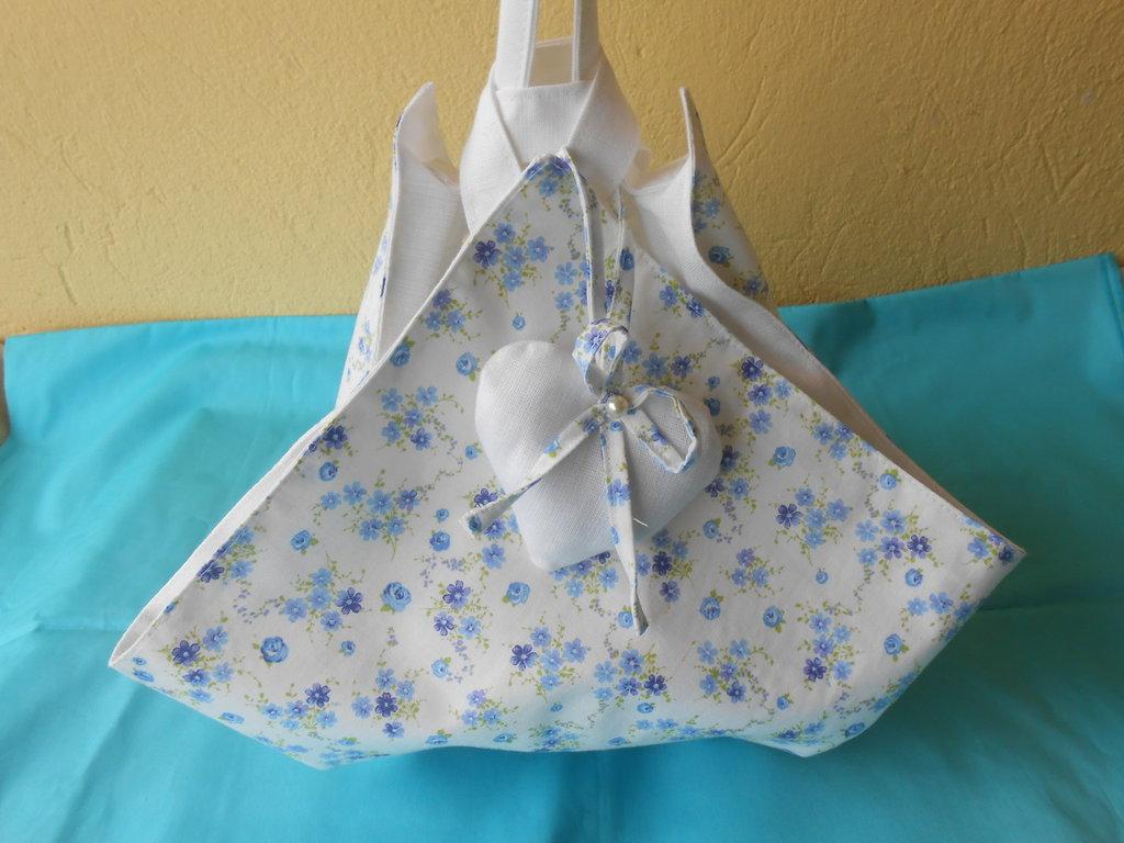 Borsa   portatorta  fantasia fiorellini azzurro celeste con  interno e cuore bianco.