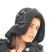 Cappello cloche all'uncinetto con fiore all'uncinetto ricamato con perle e cristalli