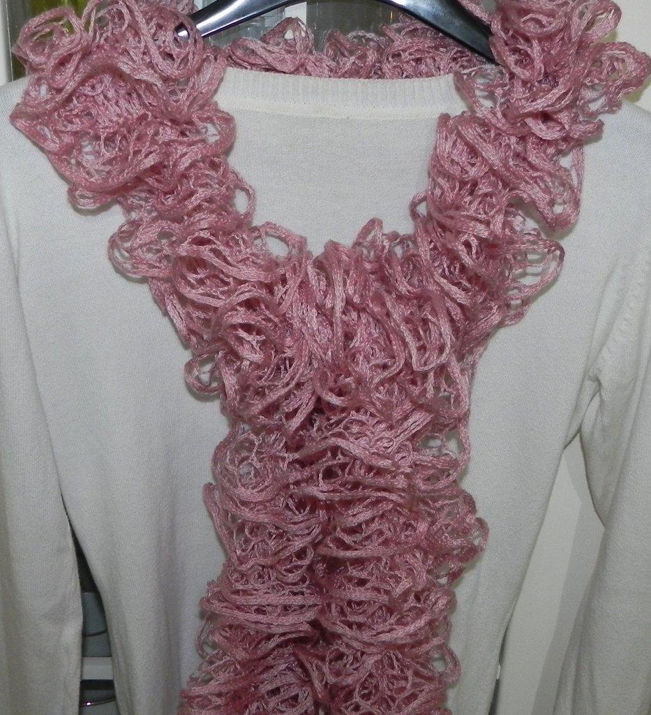 Sciarpa donna handmade con volants nei toni del rosa