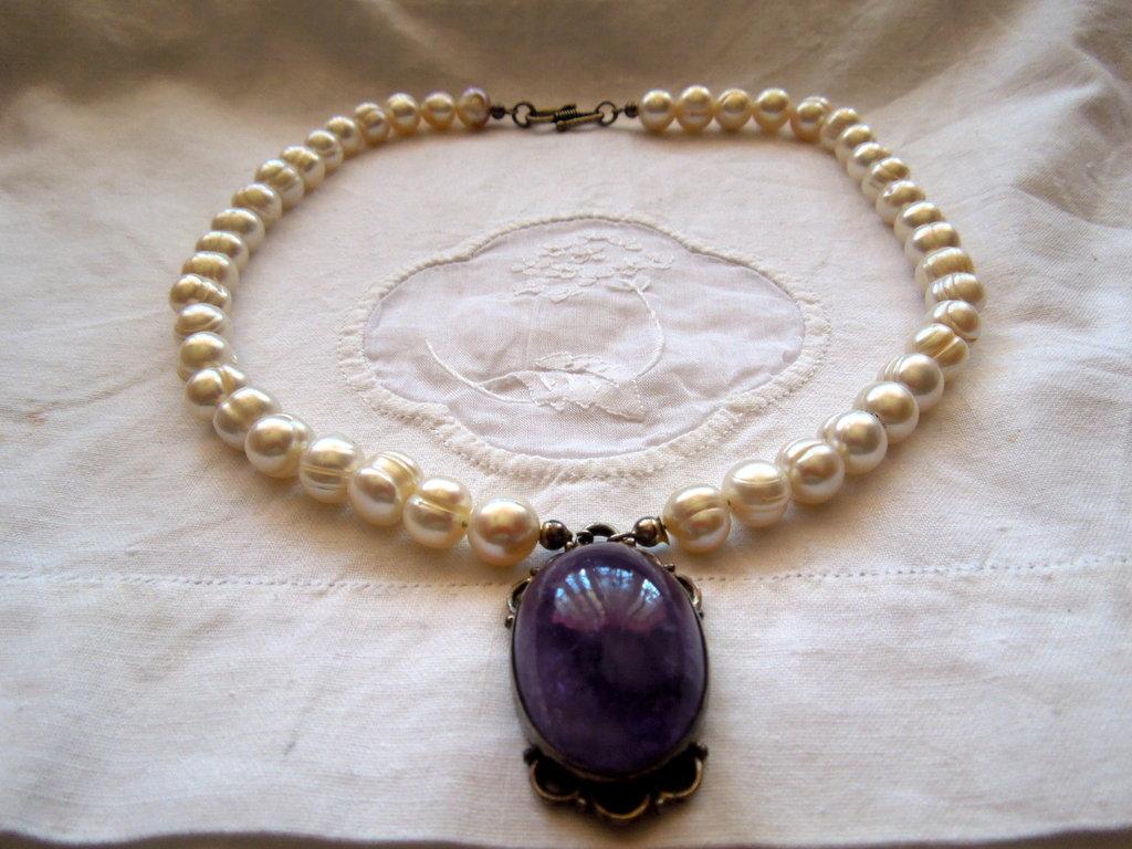 561642131a Collana girocollo con perle di fiume barocche 10 mm con ciondolo di ametista  cabochon.