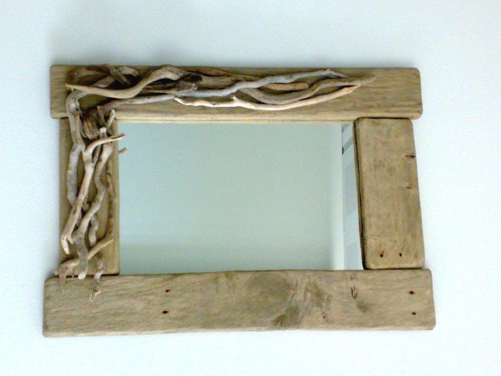 Lopsided specchio con legni di mare e tavole di recupero for Legni di mare arredamento