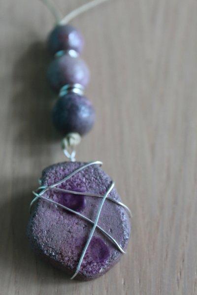 ciondolo incastonato in ceramica raku viola