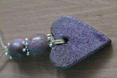 """ciondolo """"cuore"""" con 2 perle in ceramica raku"""