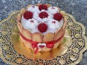 scatola di latta rivestita e decorata in feltro, charlotte con savoiardi, ciliegie e panna