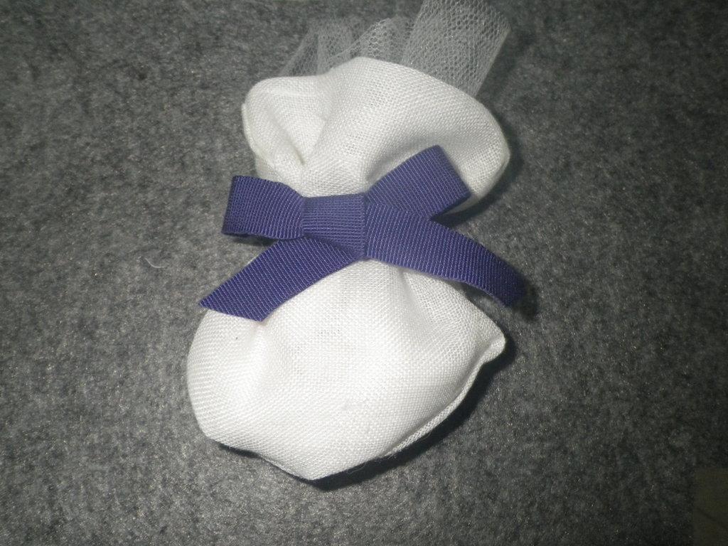 Sacchetto confetti in tela chiuso con nastrino colorato