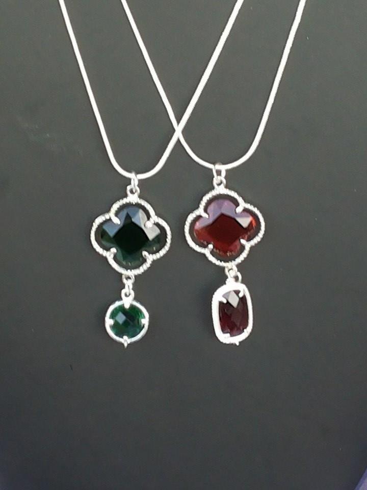 Collane con cristalli e catenina verde o rossa.