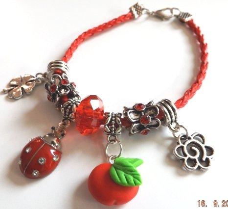 Bracciale in pelle sintetica rossa portafortuna quadrifoglio,mela,coccinella,fiore