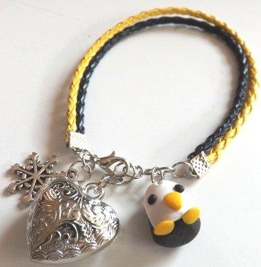 Bracciale in pelle sintetica gialla e nera con pinguino in fimo,ciondolo fiocco di neve e cuore