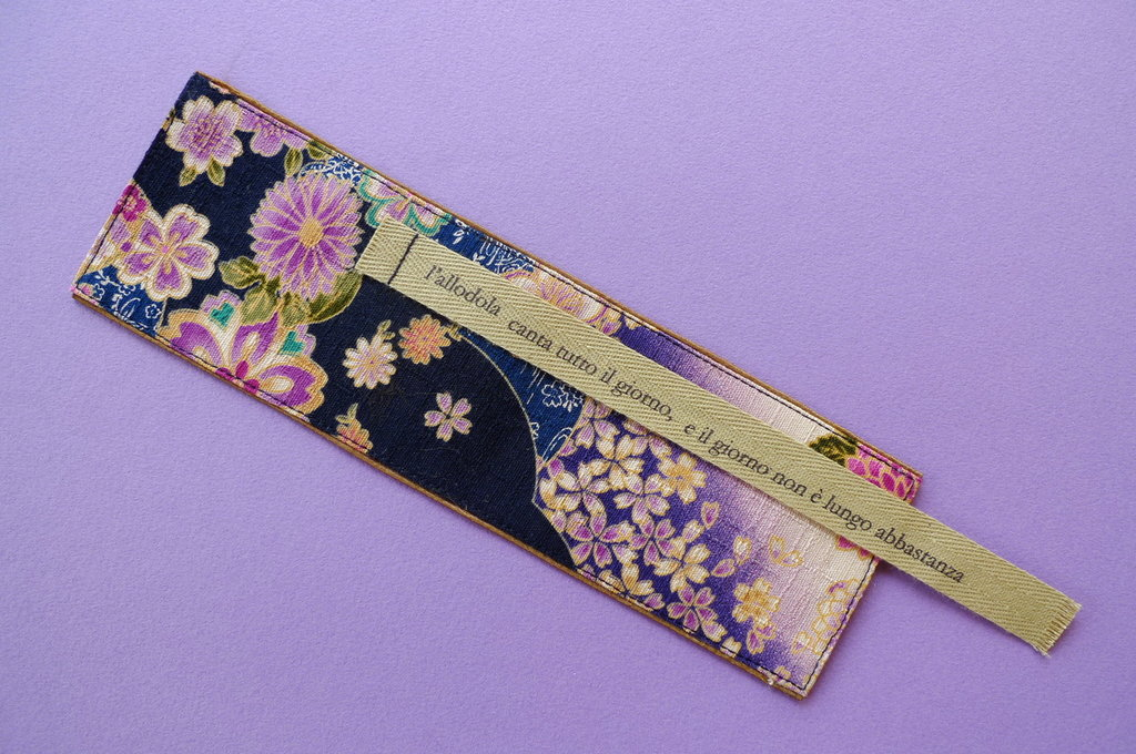 Segnalibro handmade in tessuto giapponese shibori – haiku