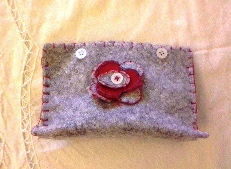 Portamonete di pannolenci grigio con fiore