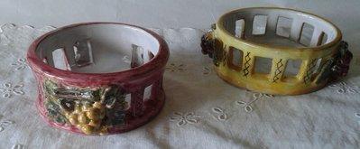 Sottobottiglia in ceramica,realizzato interamente a mano.