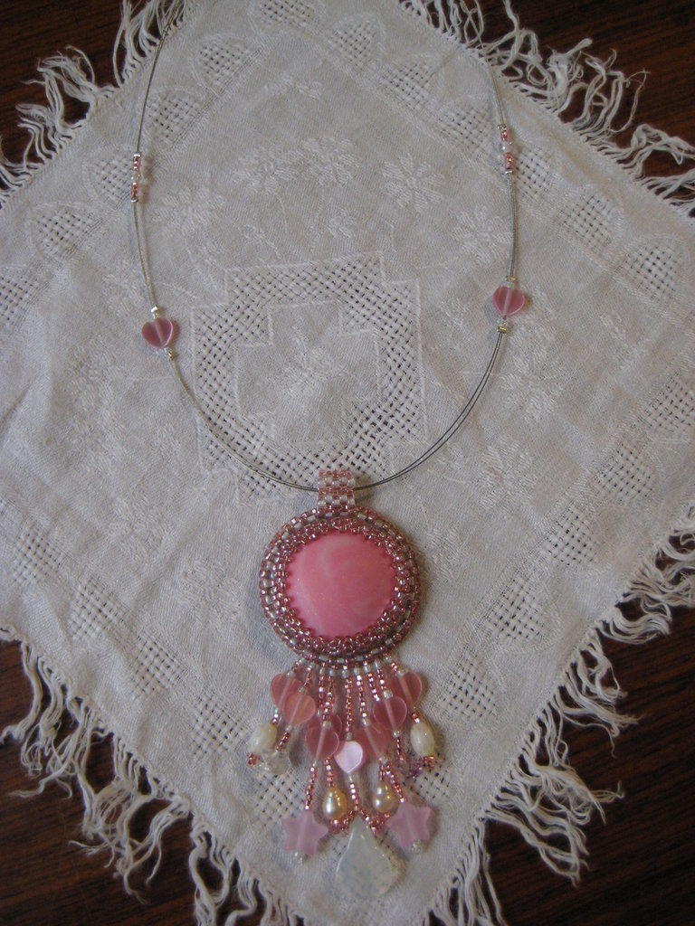 Collana in rosa con la tecnica bead embroidery