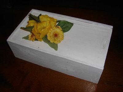 Scatola di legno con fiori di stoffa gialli