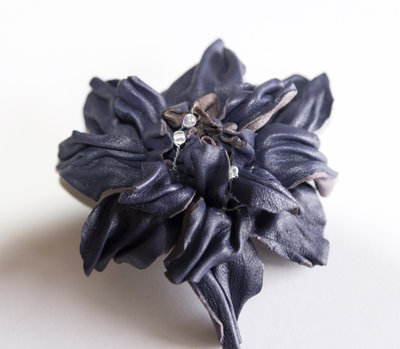 Spilla di pelle fatta a mano colore blu