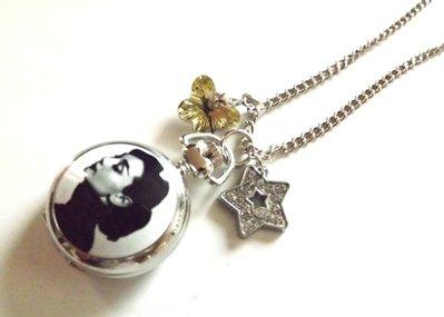 Collana dedicata a Audrey Hepburn con orologio,ciondolo stella strass e ciondolo cristallo farfalla