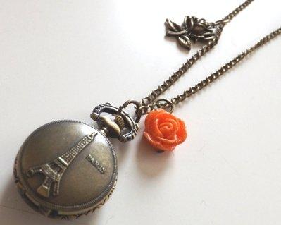 Collana vintage color bronzo con orologio Tour Eiffel,ciondolo a forma di rosa e rosellina arancione in resina con brillantini!