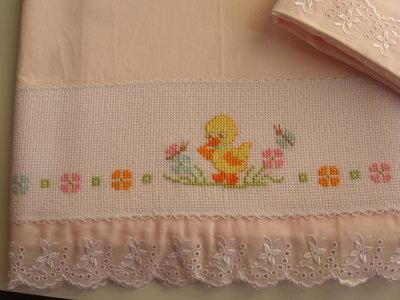 Lenzuolino rosa per culla con inserto in tela aida for Lenzuolini punto croce per bambini