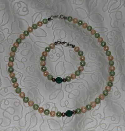 Green - Collana e bracciale in coordinato con perle oro/verde e cristalli