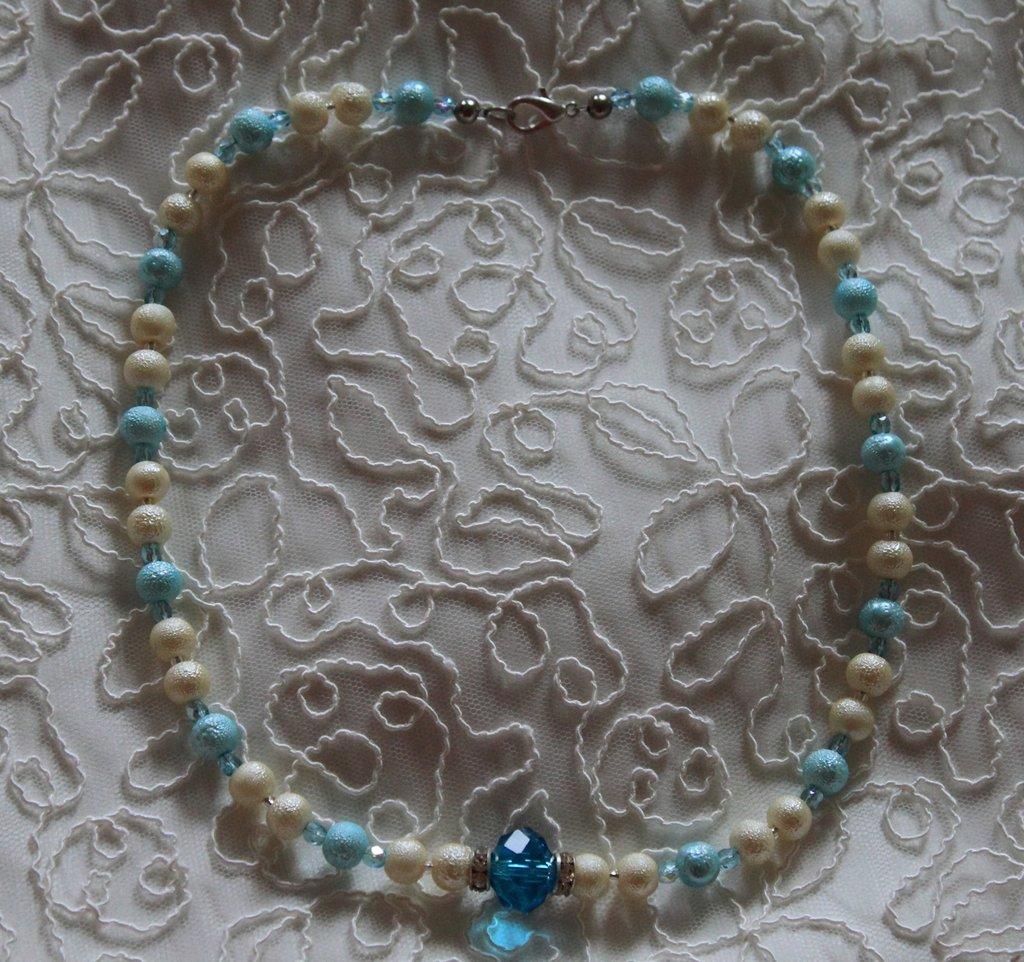 Collana con perle color panna e azzurro e mezzi cristalli