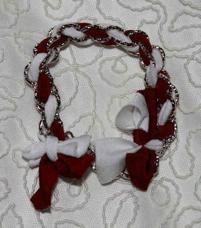 Bracciale in lycra nei colori rosso bordeaux e bianco e catena argentata