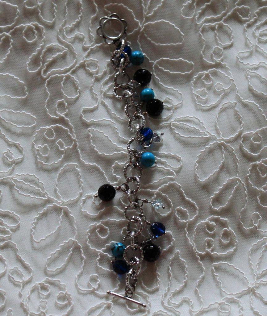 Bracciale catena con perle in pietra dura turchese e onice nero, bicono Swarovski e mezzi cristalli