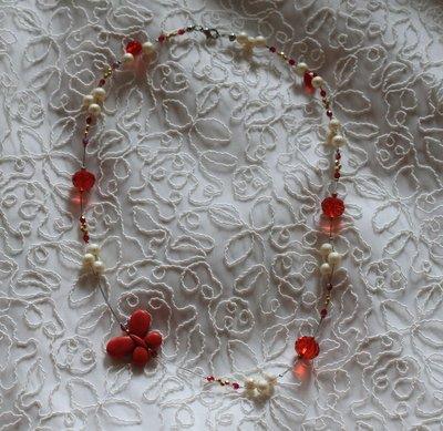 Butterfly - Collana con cristalli rossi, perle cerate color panna e mezzi cristalli