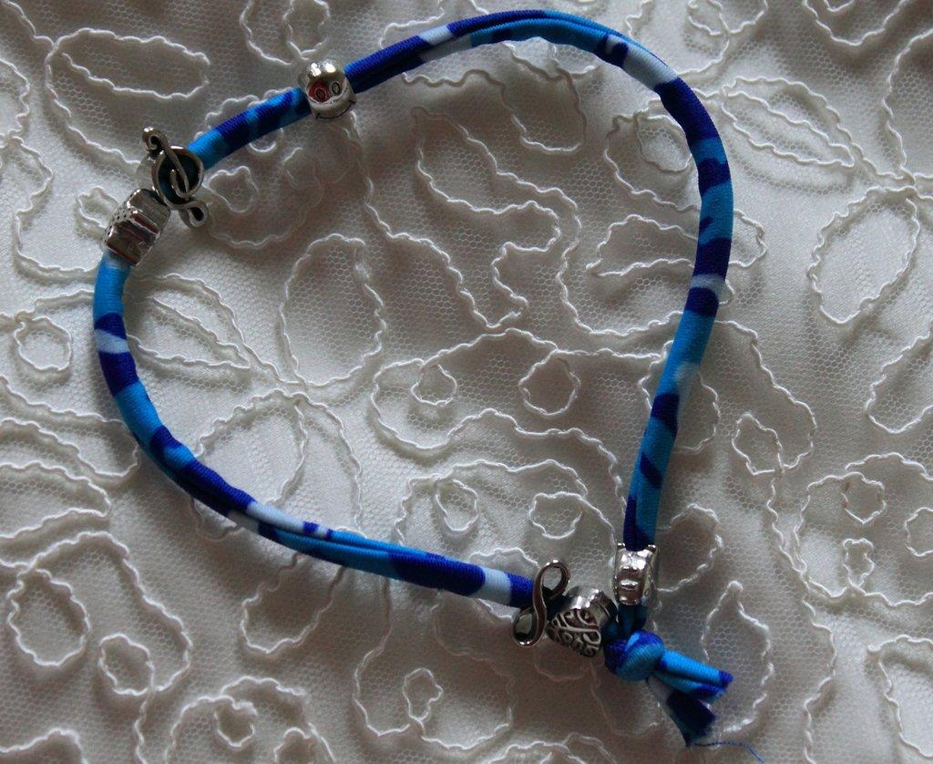 Bracciale in lycra blu/azzurro con perle in metallo