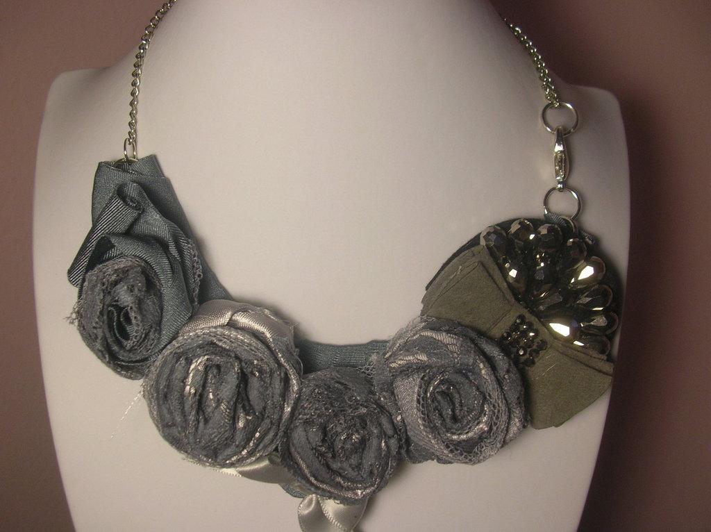 collana con rose seta e pizzo di colore grigio