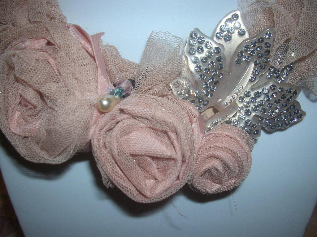 collana foderata con rose di tulle e seta color rosa