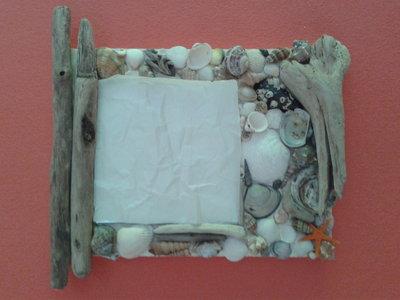 specchio con legnetti e conchiglie