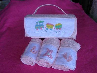Borsetta rosa con asciugamani ricamata a mano per bambina
