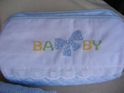 Borsetta azzurra con asciugamani ricamato per le manine