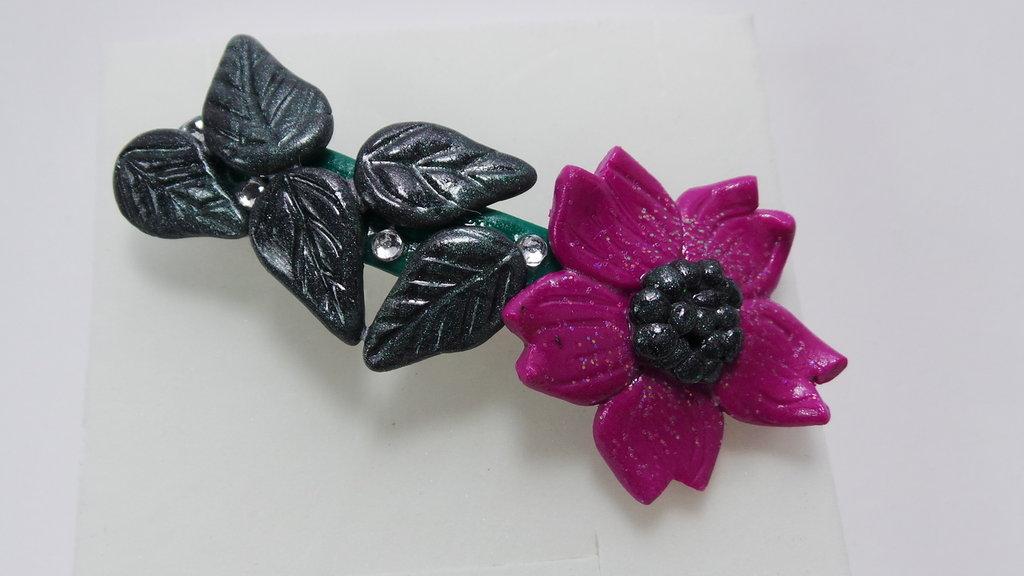 fermacapelli floreale verde metallizzato e rosa shocking