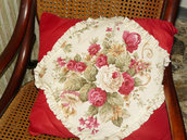 cuscino rosso con rose, racchiude un morbido  plaid