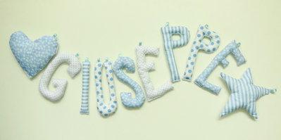 Giuseppe: nome scritto con lettere di stoffa per decorare la cameretta del tuo bambino.