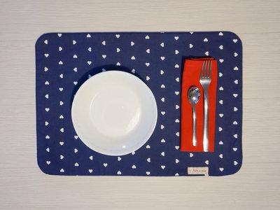 White & blue hearts - tovaglietta americana fatta a mano con motivo a cuori + tovagliolo - incassi devoluti in beneficenza a cani e gatti