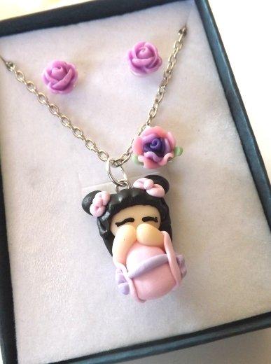 Completo collana  e orecchini con bambolina kokeshi in fimo e rose in resina con scatolina idea regalo