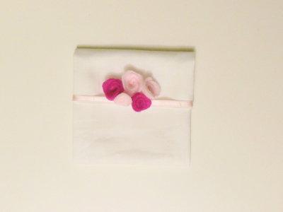 Bomboniera floreale: il bouquet di fiori in feltro rosa e fuxia per decorare il sacchetto portaconfetti fatto a mano!