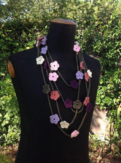 Collana in lana ad uncinetto con fiori