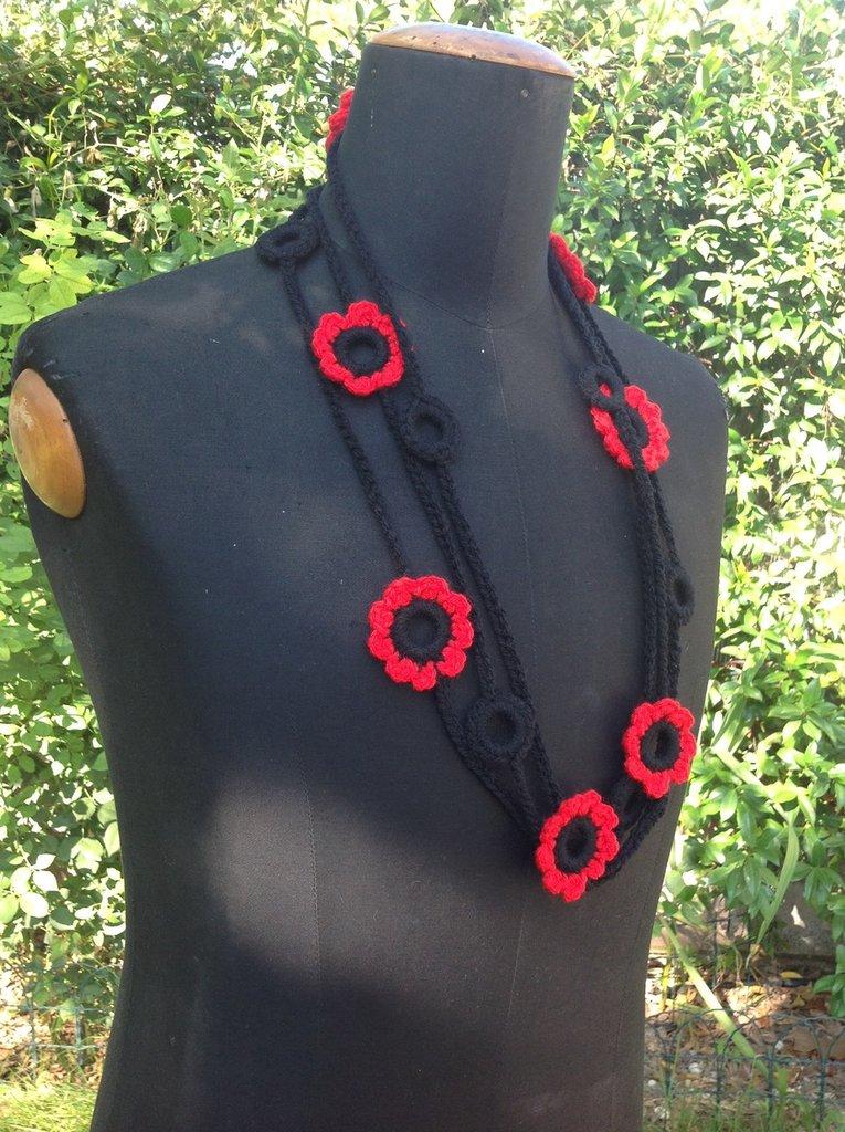 Collana ad uncinetto in lana con fiori