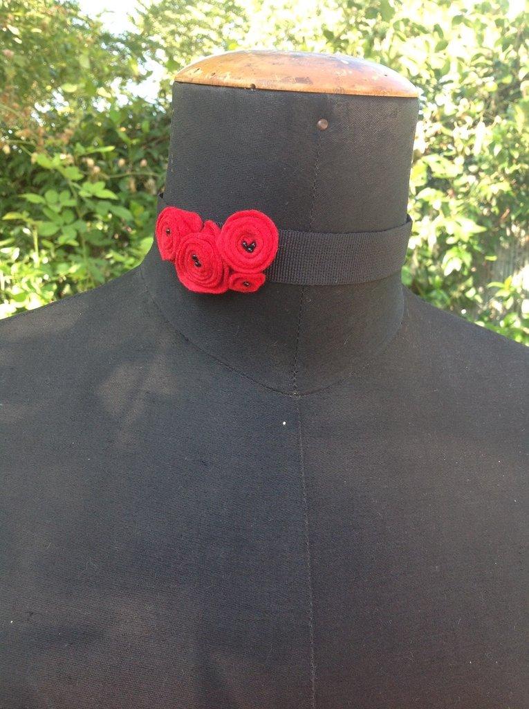 Collana a collarino con fiori in pannolenci e perline