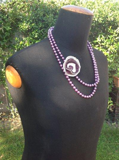 Collana in perle con applicazione di fiore in raso e perline