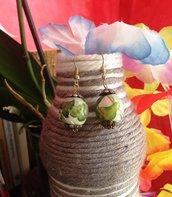 Orecchini di legno ricoperti con carta di riso e decorati con colori acrilici